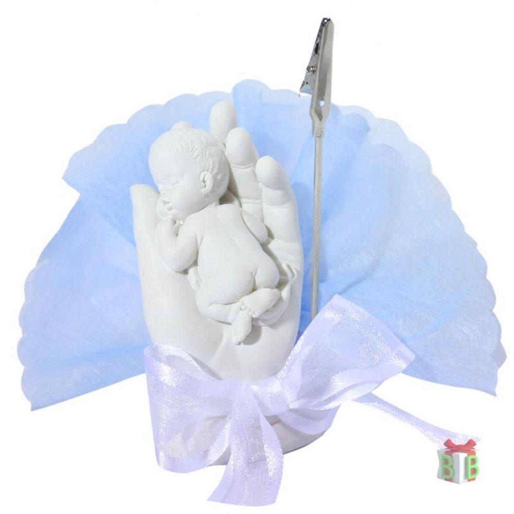 Baby in hand met blauwe tule