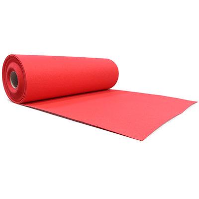 Rode loper van naaldvilt, uitgerold vanaf de zijkant gezien. De loper heeft een helderrode kleur met een gedeelte nog op rol.