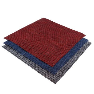 Drie geribbelde schoonloopmatten in de kleuren rood, blauw en grijs.