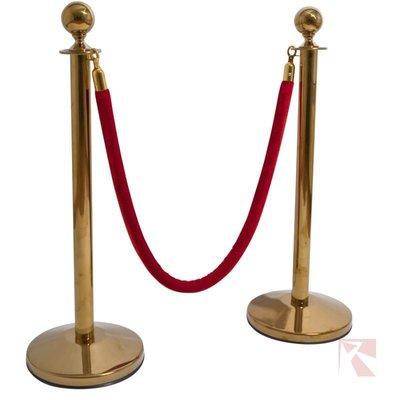 Set gouden afzetpaaltjes met een rood afzetkoord met gouden haken