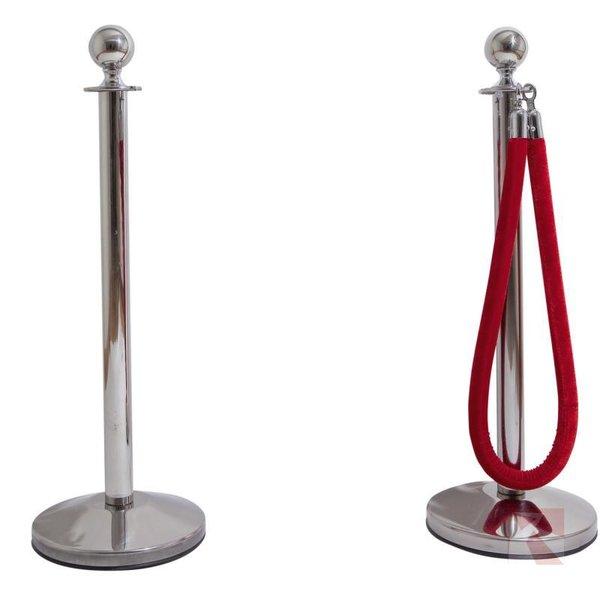 Set RVS afzetpaaltjes met aan de rechter afzetpaal een rood koord met zilveren haken