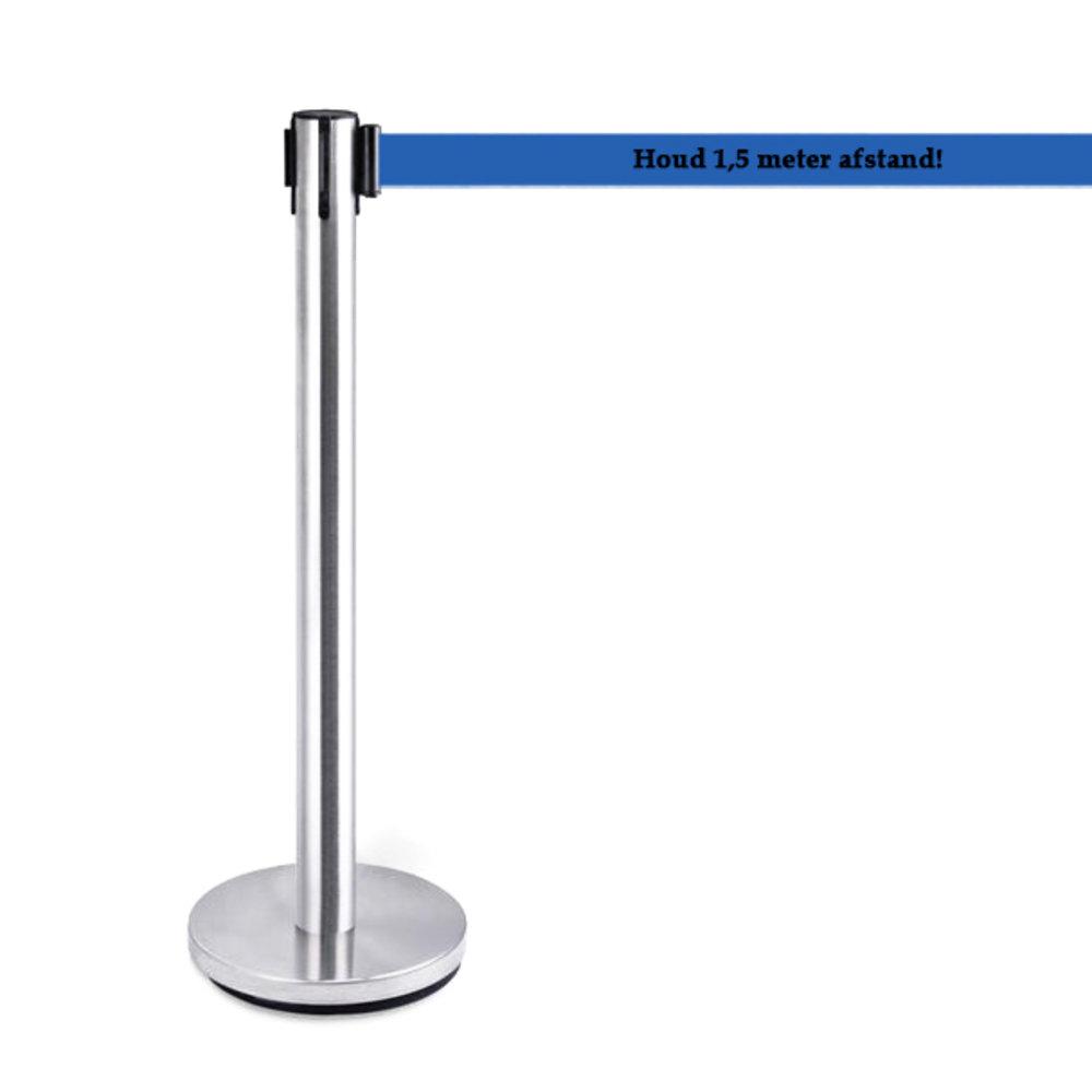 Afzetpaal roestvrij staal met blauw bedrukt lint met de tekst: houd 1,5 meter afstand